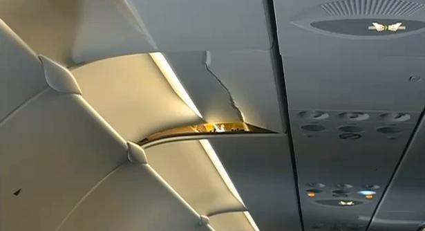 Пасажир пробив головою обшивку салону, коли літак несподівано потрапив в турбулентність. Ясне діло, пасажир не був пристебнутим.