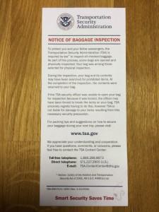 Повідомлення від TSA, яке вкладається у валізу, про те, що багаж проходив ручний огляд.